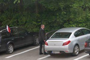 Prezes Graczyk wsiada do służbowej limuzyny